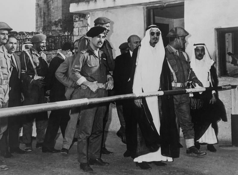A gauche le prince Mohamed, frère du roi Hussein de Jordanie et à droite le prince Mohsen abdul-Aziz, gouverneur saoudite de Madina en visite à la frontière jordanienne, en Jordanie, le 7 juin 1967. (Photo by KEYSTONE-FRANCE/Gamma-Rapho via Getty Images)