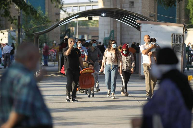 Iraqi families walk in Baghdad's Zawraa Park on October 9, 2020, after the government lifted restrictions imposed by the coronavirus pandemic.  / AFP / AHMAD AL-RUBAYE