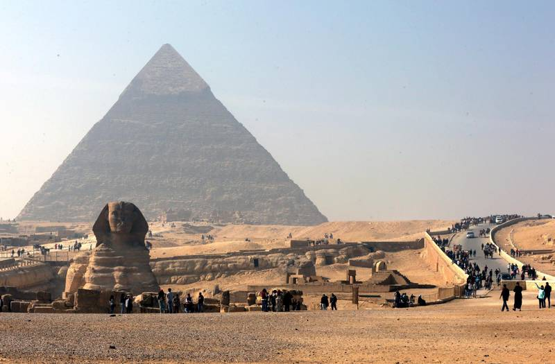 epa06493768 Tourists and locals visit the Sphinx and the Giza Pyramids, in Giza, on the southern outskirts of Cairo, Egypt, 03 February 2018.  EPA/KHALED ELFIQI
