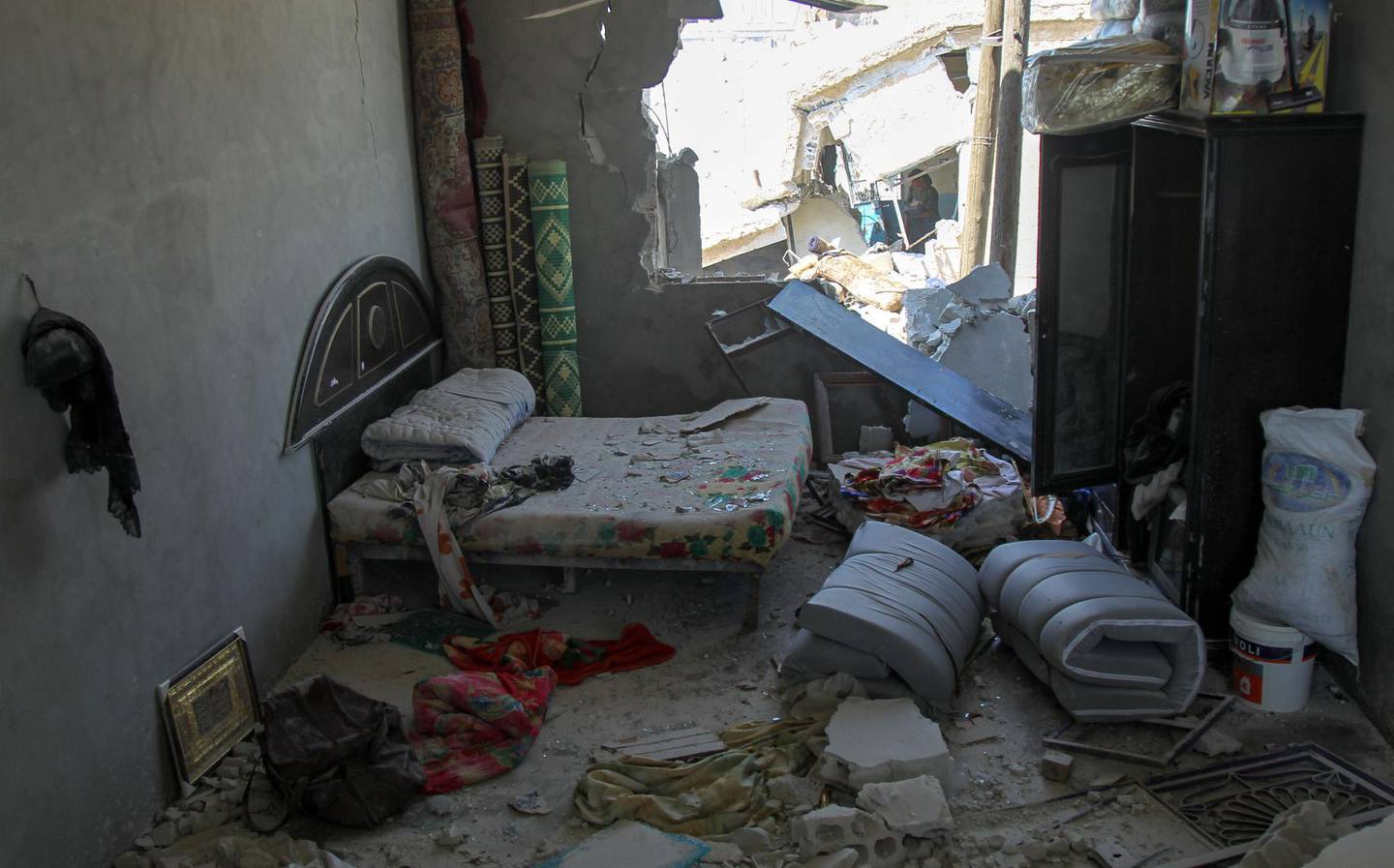 A bedroom damaged during airstrikess by the Syrian regime and their allies is pictured near the town of Saraqeb in Syria's rebel-held northwestern province of Idlib on May 7, 2019.  Air strikes and shelling killed 13 civilians in northwestern Syria today, a monitor said, in the latest escalation to rattle a months-old truce and spark displacement. / AFP / Amer ALHAMWE