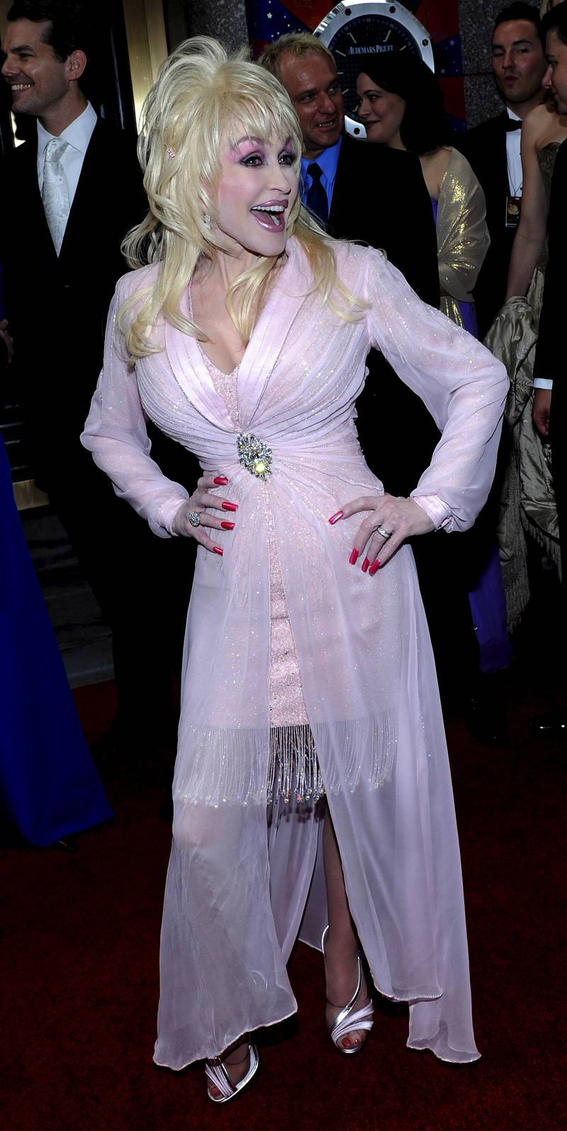 epa01754943 Actress, musician and producer Dolly Parton, of the US, arrives for the American Theatre Wing's 2009 Tony Awards at Radio City Music Hall in New York, New York, USA, on 07 June 2009.  EPA/PETER FOLEY