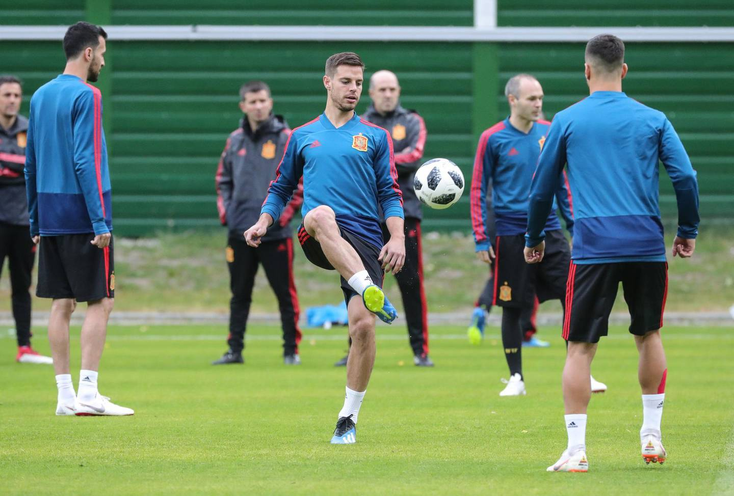 epa06837359 Spain's player Cesar Azpilicueta (C) attends a training session in Kaliningrad, Russia, 24 June 2018. Spain will face Morocco in the FIFA World Cup 2018 Group B preliminary round soccer match on 25 June 2018.  EPA/ARMANDO BABANI