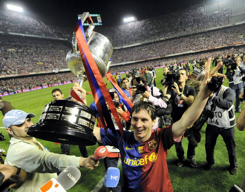 Barcelona´s Argentinian forward Lionel Messi celebrates after winning the Spanish King´s Cup final match against on May 13, 2009 at the Mestalla stadium in Valencia. Barcelona won 4-1.  AFP PHOTO / LLUIS GENE (Photo by LLUIS GENE / AFP)
