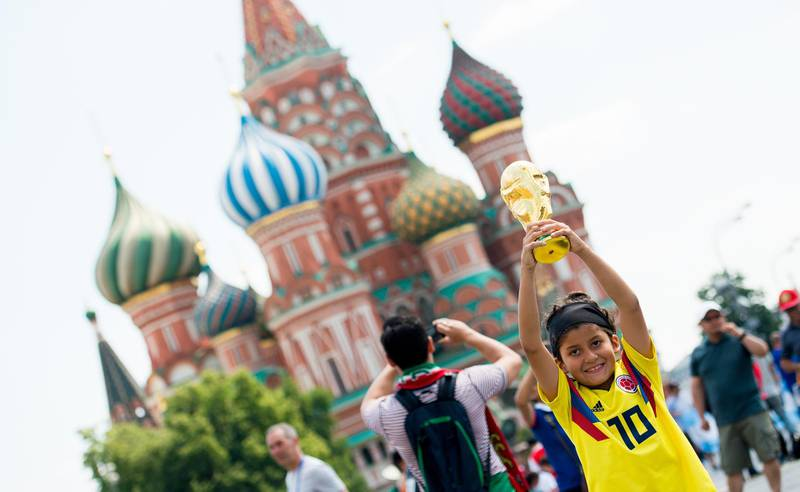 epa06818446 A columbian fan holds up a replica World Cup Trophy on a visit to Red square during the FIFA World Cup in Moscow, Russia, 18 June 2018.  EPA/PETER POWELL