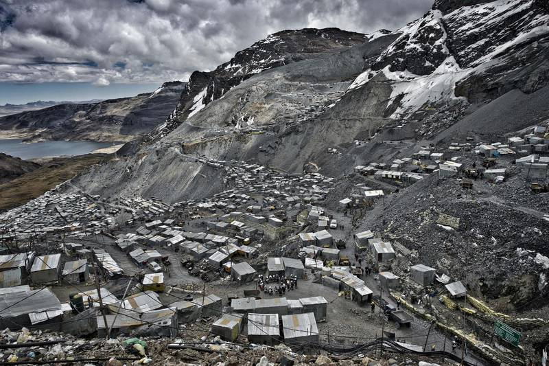 M2FC4P September 10, 2015 - La Rinconada, Puno, Peru - At more than 5,000 meters of altitude, resisting the cold and lack of oxygen, about 70,000 people survive chasing the dream of gold. It is in a€œLa Rinconadaa€, located in the a€œNevado de Ananeaa€ in the Peruvian Andes and considered the highest city in the world, where men and women were coming for decades improvising a city of houses made of zinc amid perpetual snows. (Credit Image: © Oscar Espinosa/SOPA via ZUMA Wire/Alamy)