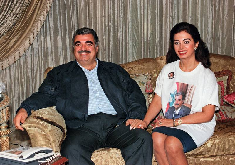 Lebanese Prime Minister Rafic Hariri and his wife Nazic, wearing a t-shirt of her husband, smile 01 September 1996 in their villa in Beirut after the end of the third phase of legislative elections in Lebanon.  AFP PHOTO JOSEPH BARRAK (Photo by JOSEPH BARRAK / AFP)