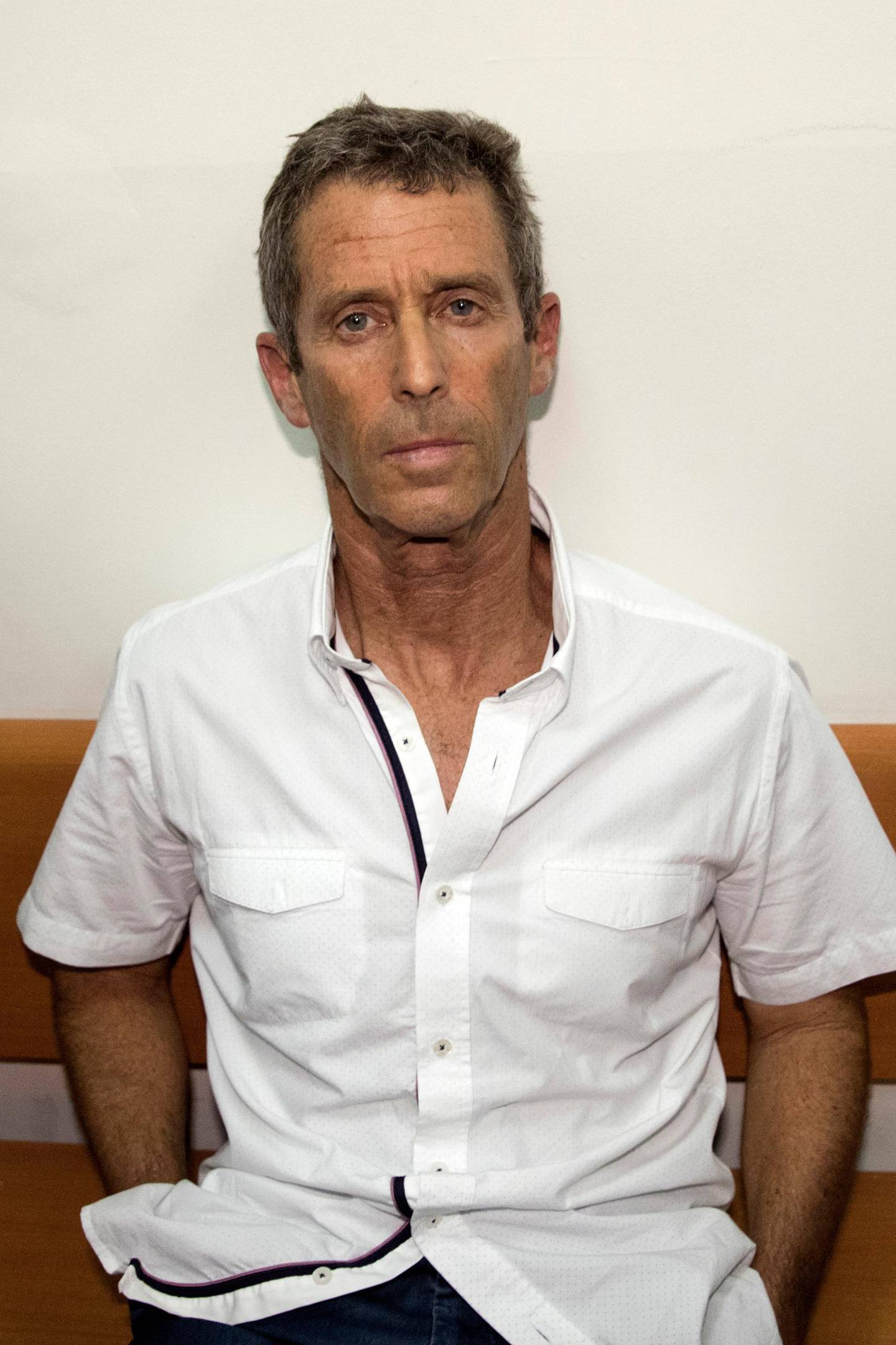French-Israeli diamond magnate Beny Steinmetz sits at the Israeli Rishon Lezion Justice court, near Tel Aviv on August 14, 2017 after he was detained as part of an international money laundering investigation, authorities said.  Israeli police said five suspects had been detained for questioning on suspicions including money laundering, fraud, forgery, obstruction of justice and bribery. / AFP PHOTO / JACK GUEZ