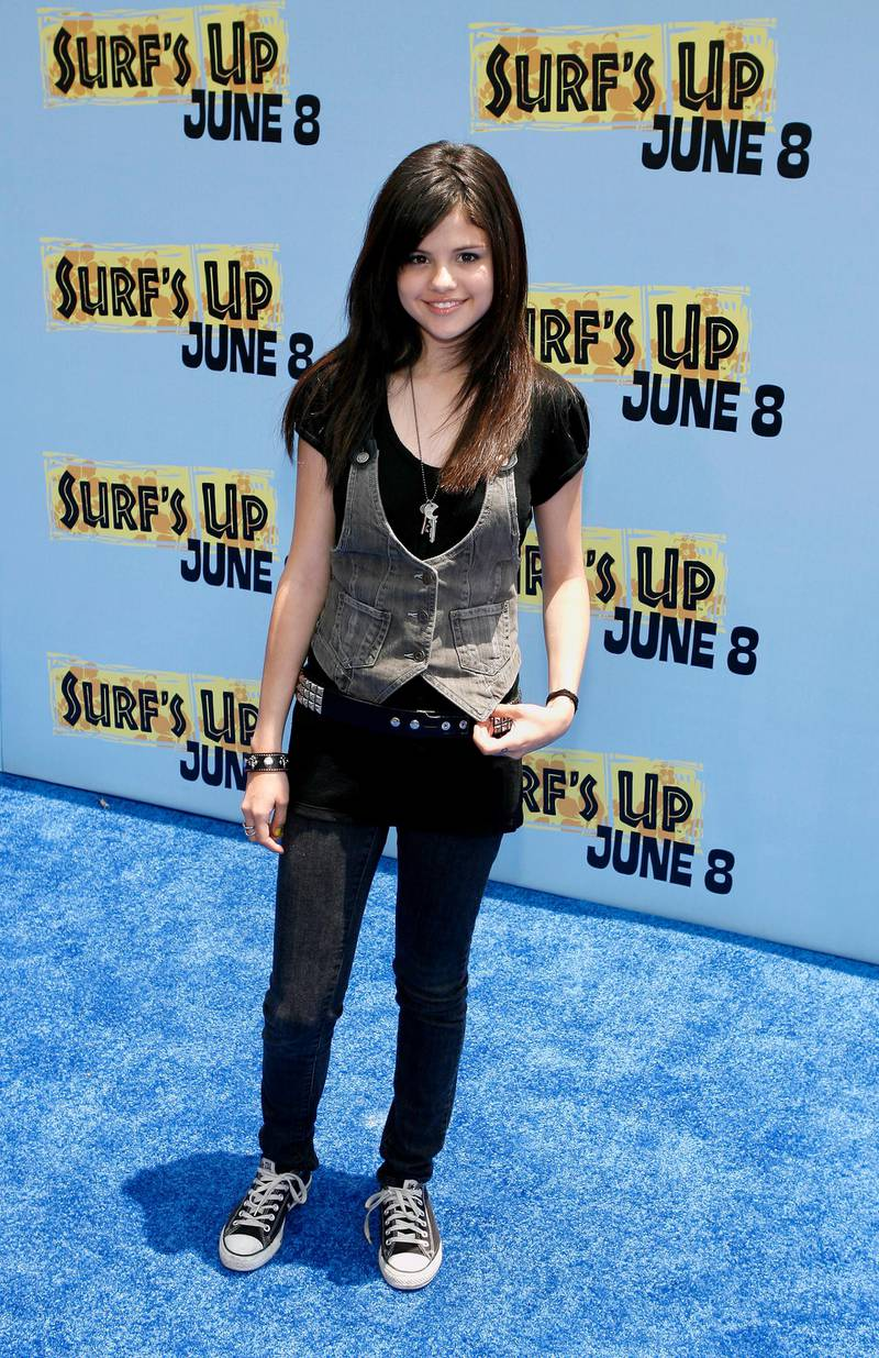 epa01027590 US actress Selena Gomez arrives for the film premiere of 'Surf's Up' in Los Angeles, California, 02 June 2007.  EPA/PAUL BUCK