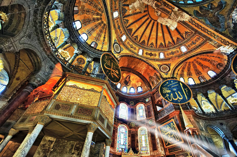 D20J8K The Islamic decoration on the domes of the interior of Hagia Sophia ( Ayasofya ) , Istanbul, Turkey