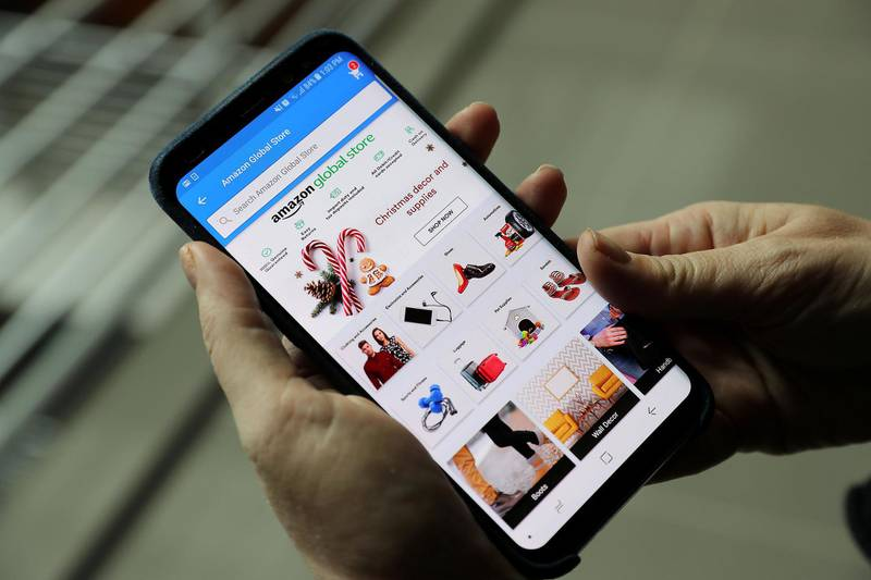 ABU DHABI , UNITED ARAB EMIRATES , DEC 13  – 2017 :- One of the person using Amazon website on her mobile for online shopping in Abu Dhabi .  (Pawan Singh / The National) Story by LeAnne Graves