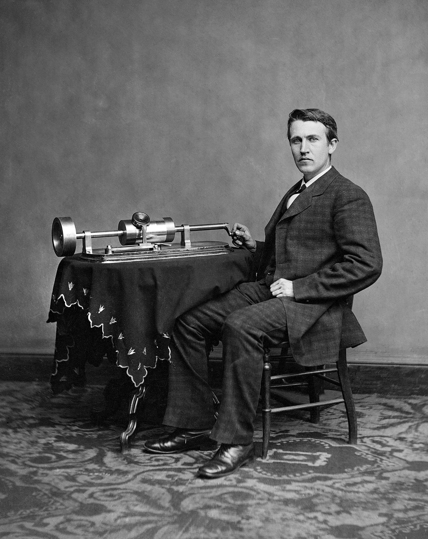 1878 - Edison and phonograph. Photo: Bureau International des Expositions