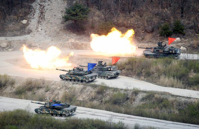 FILE PHOTO: South Korean Army K1A1 and U.S. Army M1A2 tanks fire live rounds during a U.S.-South Korea joint live-fire military exercise, at a training field, near the demilitarized zone, separating the two Koreas in Pocheon, South Korea April 21, 2017.   REUTERS/Kim Hong-Ji/File Photo