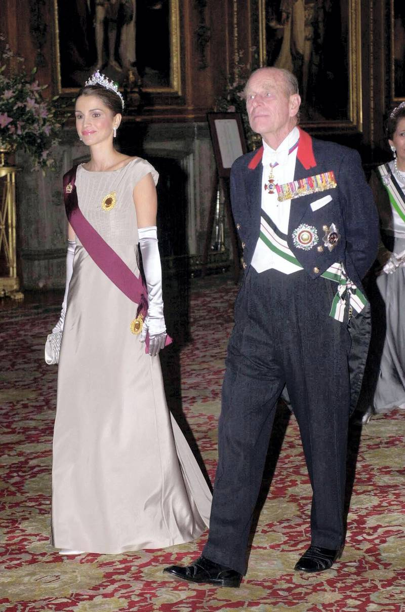 Queen Rania of Jordan (L) and the Duke of Edinburgh walk in to the State Banquet at Windsor Castle 06 November 2001. Jordan's King Abdullah ll is on the first day of his official state visit to Britain. /PA WPA POOL/ (Photo by TIM OCKENDEN / PA WPA POOL / AFP)