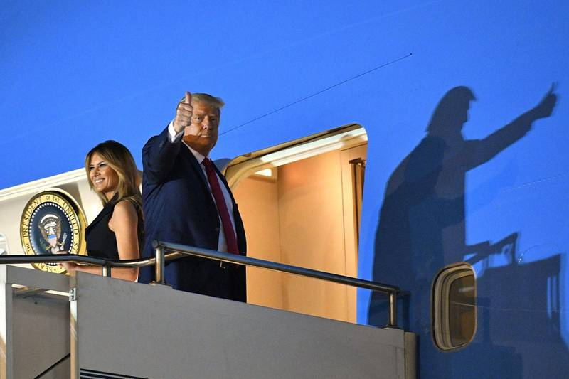 TOPSHOT - US President Donald Trump gives a thumbs up as he and US First Lady Melania Trump board Air Force One to depart Nashville International Airport after the final presidential debate in Nashville, Tennessee, on October 22, 2020.  / AFP / MANDEL NGAN