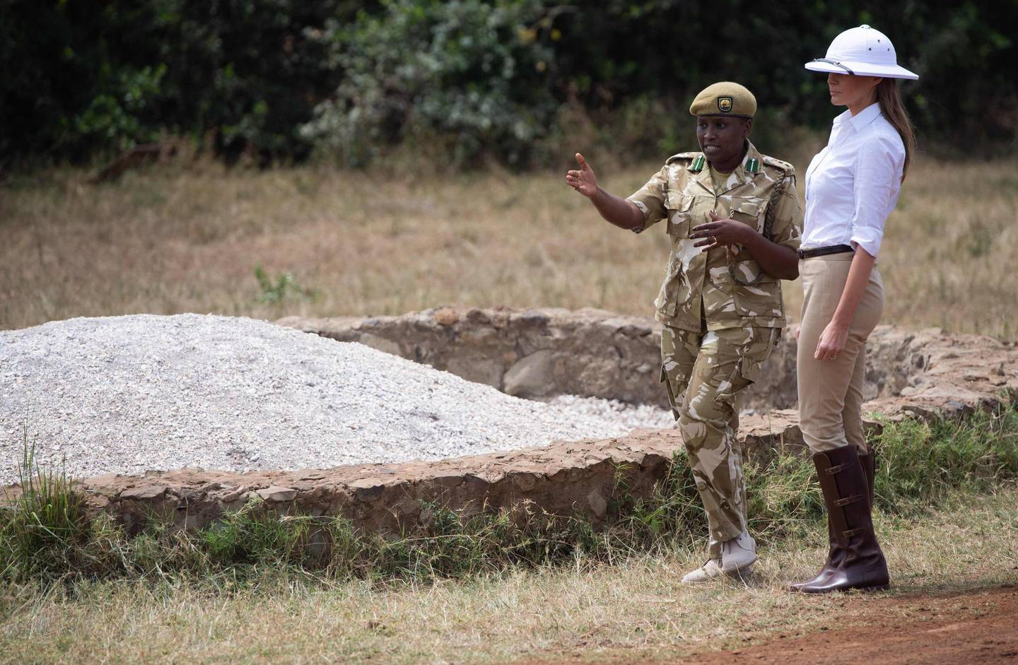 UUS First Lady Melania Trump talks with Nelly Palmeris (L), Park Manager, as they view an ivory burning site at the Nairobi National Park in Nairobi on October 5, 2018, during the third leg of her solo tour of Africa.  / AFP / SAUL LOEB