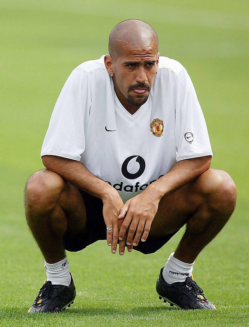 Argentinian Juan Sebastian Veron of Manchester Utd rests during training ahead of the  Champions World Series game between Manchester United and Juventus 30 July 2003 at The Rutgers Stadium in New Jersey, New York. (Laurence Griffiths/Getty Images/AFP)  FOR NEWSPAPER AND TV USE ONLY