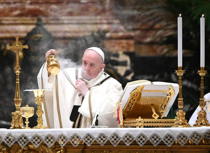 TOPSHOT - Pope Francis holds a thurible as he leads a Christmas Eve mass to mark the nativity of Jesus Christ on December 24, 2020, at St Peter's basilica in the Vatican, amidst the Covid-19 pandemic, caused by the novel coronavirus. / AFP / POOL / Vincenzo PINTO