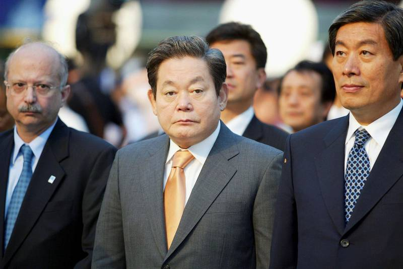 SEOUL, SOUTH KOREA - JUNE 7: Samsung Group chairman Lee Kun-Hee (C), the Greece ambassador to South Korea Constantin Drakakis (L) and Seoul Vice Mayor Won Se-Hun (R) look on during day five of the Athens 2004 Olympic Torch Relay at Seoul City Hall on June 7, 2004 in Seoul, South Korea. The Olympic flame travels through 34 cities in 27 countries en route to the Athens 2004 Olympic Games.  (Photo by Chung Sung-Jun/Getty Images)