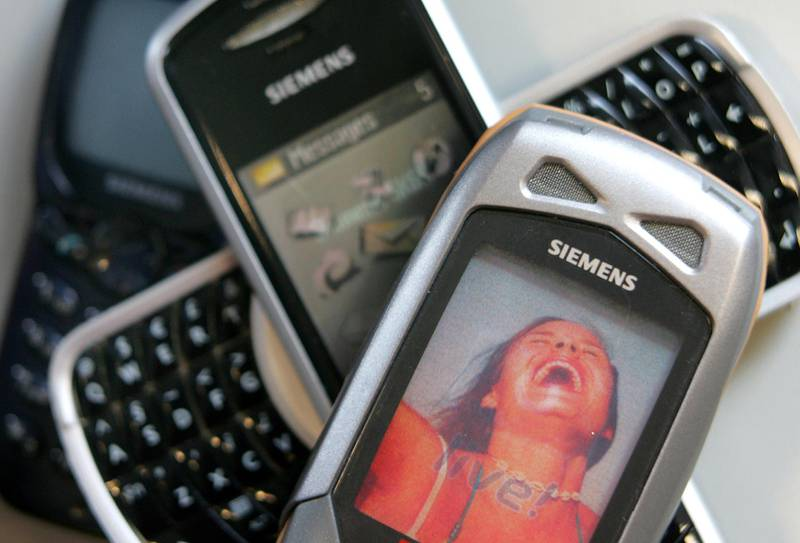 Siemens mobile phones are pictured in Munich June 7, 2005. Germany's Siemens is to sell its loss-making mobile-phones unit to Taiwanese technology group BenQ, it confirmed in a statement on June 7, 2005. The German engineering conglomerate said the transaction, as part of which it would acquire 50 million euros ($61 million) worth of new BenQ shares, would hurt its pre-tax result by around 350 million euros. REUTERS/Alexandra Winkler   AX/MAD