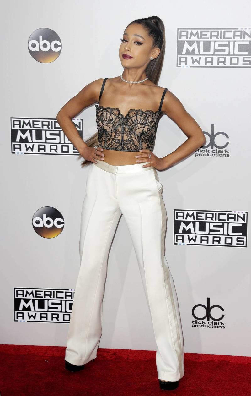 epa05640543 Ariana Grande arrives for the 2016 American Music Awards at the Microsoft Theatre in Los Angeles, California, USA, 20 November 2016.  EPA/PAUL BUCK