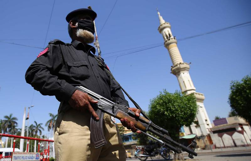 epa08340411 A Pakistani Security official stands guard at a checkpoint  after the Sindh government announced complete lockdown to prevent people from participating in congregational Friday prayers in mosques, amid the ongoing coronavirus COVID-19 pandemic in Karachi, Pakistan, 03 April 2020. Countries around the world are taking increased measures to stem the widespread of the SARS-CoV-2 coronavirus which causes the Covid-19 disease.  EPA/SHAHZAIB AKBER