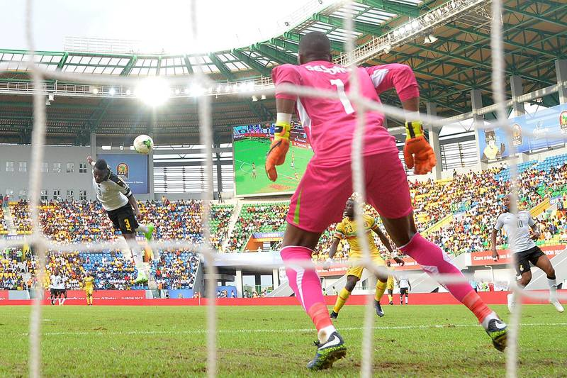 Ghana's forward Asamoah Gyan (L) scores a header during the 2017 Africa Cup of Nations group D football match between Ghana and Mali in Port-Gentil on January 21, 2017. / AFP PHOTO / Justin TALLIS