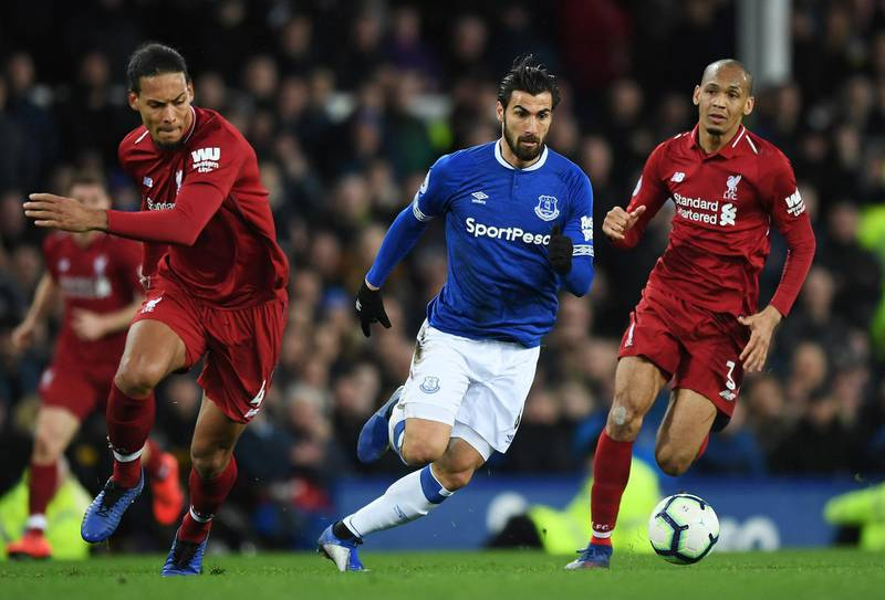 LIVERPOOL, ENGLAND - MARCH 03:  Andre Gomes of Everton goes between Virgil van Dijk and Fabinho of Liverpool during the Premier League match between Everton FC and Liverpool FC at Goodison Park on March 03, 2019 in Liverpool, United Kingdom. (Photo by Shaun Botterill/Getty Images)