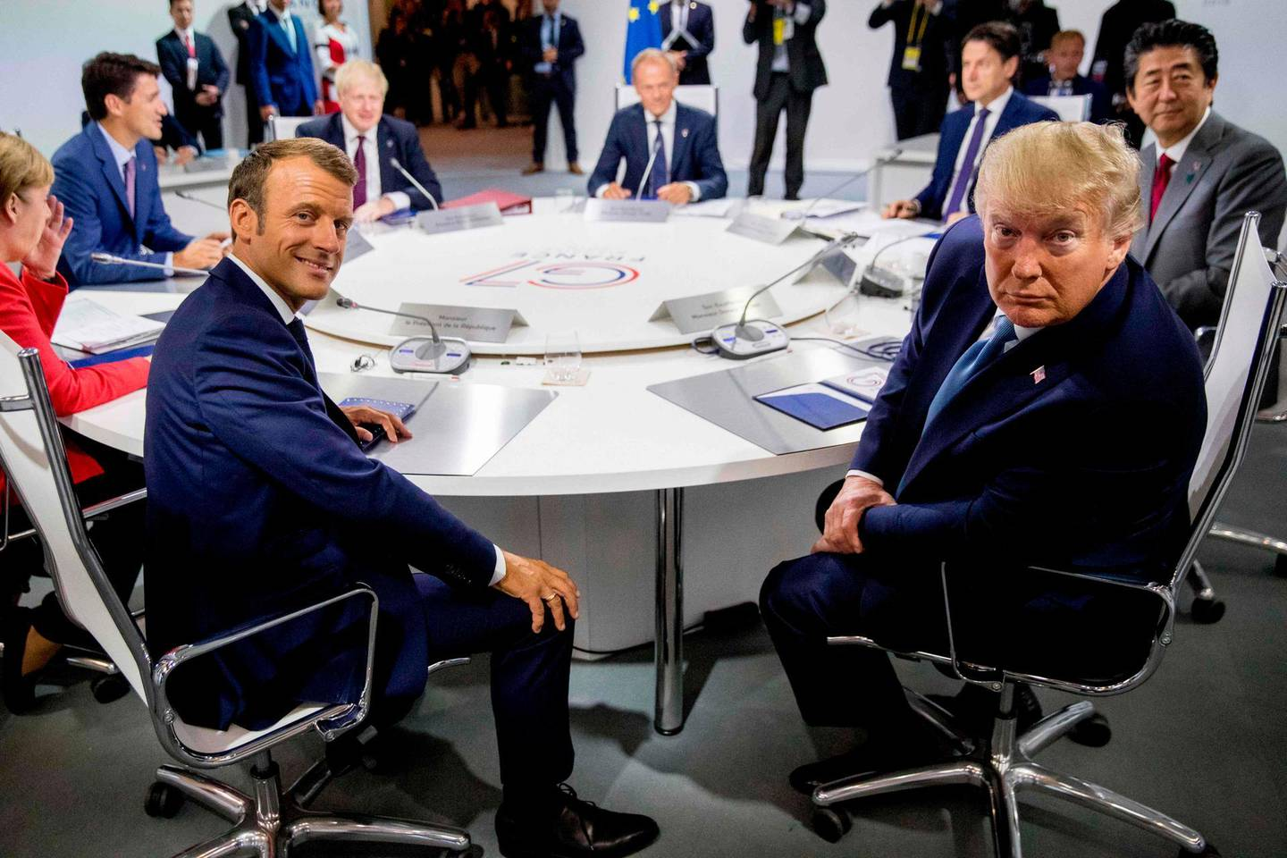 """TOPSHOT - France's President Emmanuel Macron (L) and US President Donald Trump attend  a working session on """"International Economy and Trade, and International Security Agenda"""" in Biarritz, south-west France on August 25, 2019, on the second day of the annual G7 Summit attended by the leaders of the world's seven richest democracies, Britain, Canada, France, Germany, Italy, Japan and the United States.  / AFP / POOL / Andrew Harnik"""
