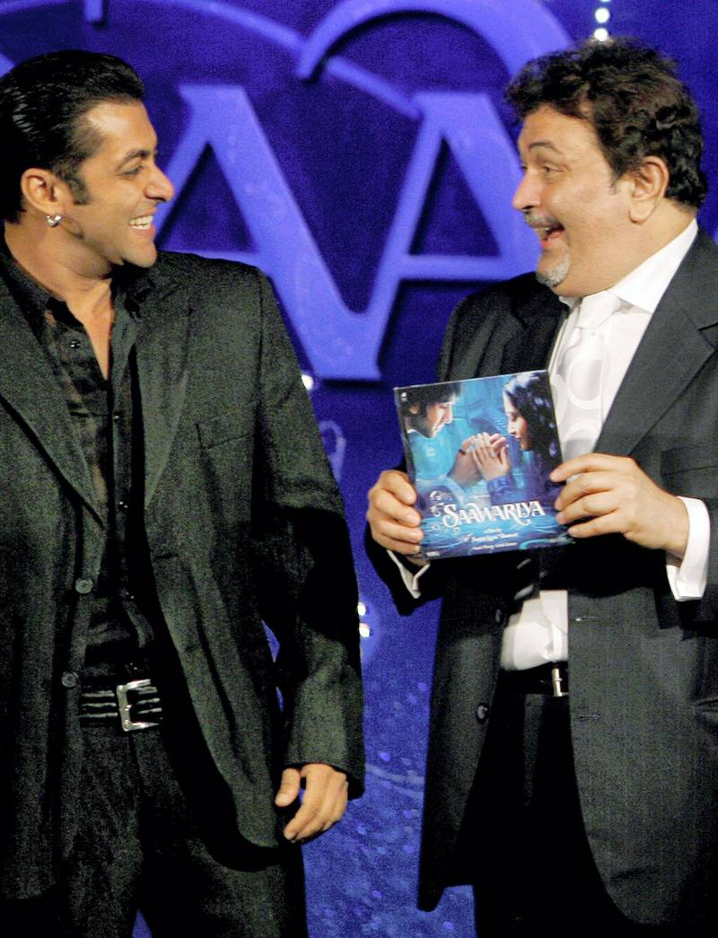 """Indian Bollywood actor Salman Khan (L) shares a joke with Rishi Kapoor at the music release of the film """"Saawariya"""" in Mumbai, 15 September 2007.  The first Indian co-production with Sony Pictures, """"Saawariya"""" is scheduled to be released in theatres on 09 November 2007.           AFP PHOTO/PAL PILLAI (Photo by PAL PILLAI / AFP)"""