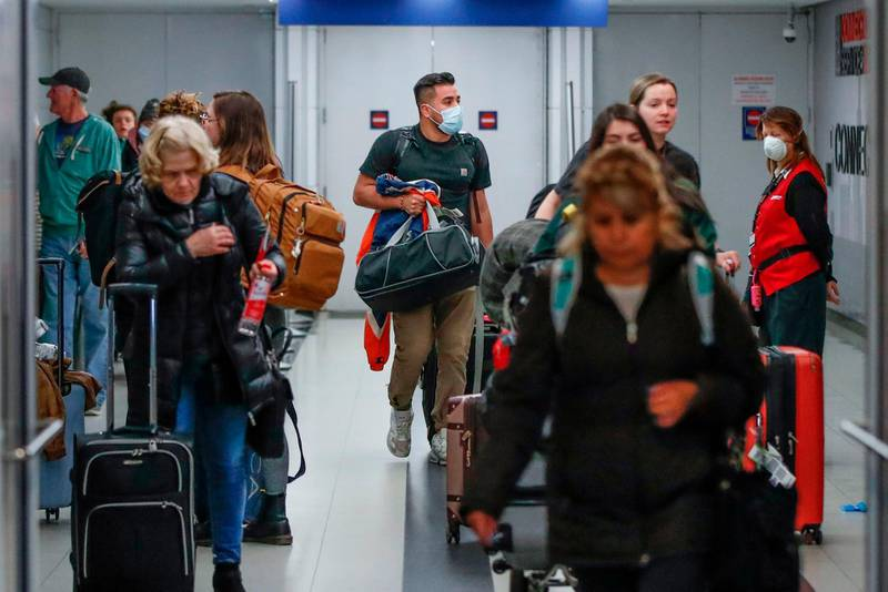 """(FILES) In this file photo taken on March 15, 2020, travelers arrive at the international terminal of the O'Hare Airport in Chicago, Illinois. Air passengers bound for the US will require a negative Covid-19 test within three days of their departure, the Centers for Disease Control and Prevention (CDC) said on January 12, 2021. """"Testing does not eliminate all risk but when combined with a period of staying at home and everyday precautions like wearing masks and social distancing, it can make travel safer,"""" said CDC Director Robert Redfield. / AFP / KAMIL KRZACZYNSKI"""