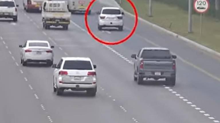 An image that illustrates this article Abu Dhabi Police warn drivers after hard shoulder crash