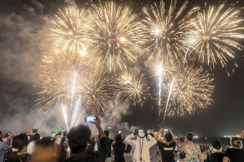 DUBAI, UNITED ARAB EMIRATES. 21 AUGUST 2018. Visitors and residents of Dubai watch the Eid fireworks at The Beach on JBR. (Photo: Antonie Robertson/The National) Journalist: None. Section: National.