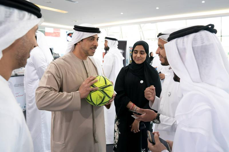 AL AIN, ABU DHABI, UNITED ARAB EMIRATES - February 7, 2019: HH Sheikh Mansour bin Zayed Al Nahyan, UAE Deputy Prime Minister and Minister of Presidential Affairs (centre L), speaks with students while visiting UAE University in Al Ain.  ( Ryan Carter / Ministry of Presidential Affairs ) ---