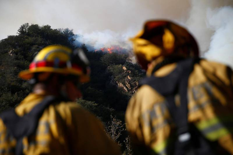 Firefighters battle the Woolsey Fire as it continues to burn in Malibu, California, U.S. November 11, 2018. REUTERS/Eric Thayer