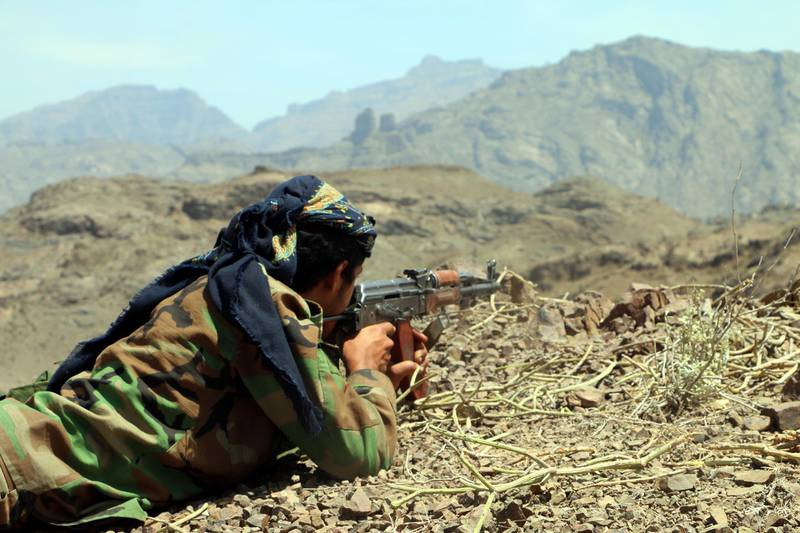epa07480918 A member of Yemeni pro-government forces takes part in military operations on Houthi positions in the southern province of al-Dhalea, Yemen, 01 April 2019 (issued 02 April 2019). According to reports, heavy fighting has intensified in the southern province of al-Dhalea after the Houthi rebels launched a series of intensive attacks on positions of Yemeni pro-government forces in the province near the port city of Aden where the temporary seat of the internationally recognized Yemeni government.  EPA/NAJEEB ALMAHBOOBI