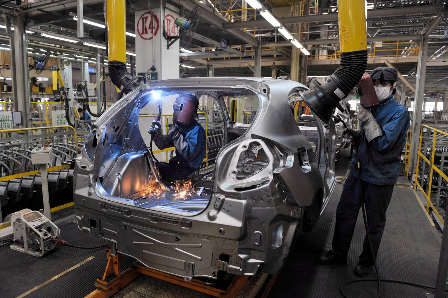 epa07086002 (FILE) - Production line workers build passenger cars at Brilliance Automotive, in Shenyang City, Liaoning Province, China, 13 May 2009 (reissued 11 October 2018). German carmaker BMW announced on 11 October 2018, that it will pay 3.6 billion euro to take control over its business in China, the Brilliance China Automotive Holdings. Under the new deal -- which is subject to regulatory and shareholder approval and expected to close in 2022, when China will relax ownership rules for car manufacturing operations in the country -- BMW will increase its stake from 50 to 75 percent, media reported.  EPA/MARK *** Local Caption *** 01728527