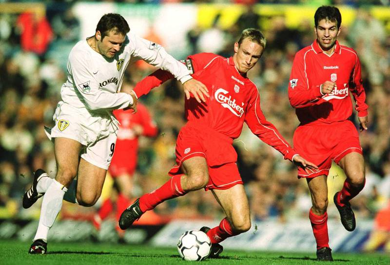 4 Nov 2000: Sami Hyypia of Liverpool holds back Mark Viduka of Leeds during the match between Leeds United and Liverpool in the FA Carling Premiership at Elland Road, Leeds. Mandatory Credit: Alex Livesey/ALLSPORT