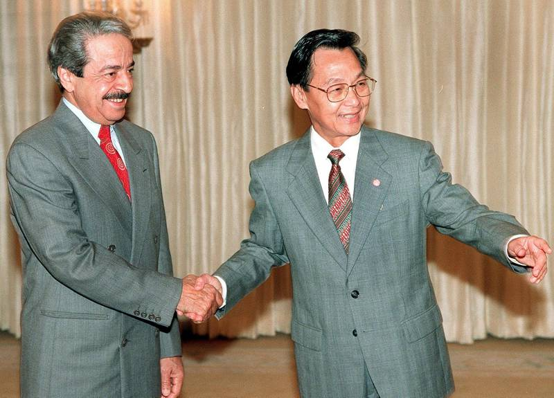 Thai Prime MInister Chuan Leekpai (R) welcomes Bahrain Prime Minister Shaikh Bin Salman Al-Khalifa (L) at the Government House in Bangkok 13 October 1999.  The two leaders mainly discussed trade relations between Thailand and Bahrain.  Shaikh Bin Salman Al-Khalifa is on a private visit to Thailand.         AFP PHOTO/Pornchai KITTIWONGSAKUL (Photo by PORNCHAI KITTIWONGSAKUL / AFP)