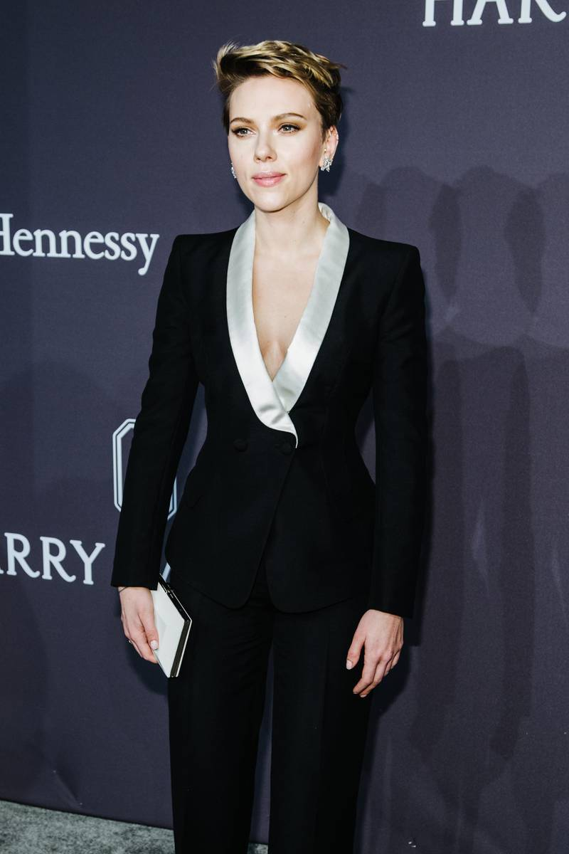 epa05779216 US actress Scarlett Johansson attends the 2017 amfAR New York Gala at Cipriani Wall Street in New York, New York, USA, 08 February 2017. The Foundation will honor US actress Scarlett Johansson and Italian fashion designer Donatella Versace for their longstanding support of amfAR and the fight against AIDS.  EPA/ALBA VIGARAY