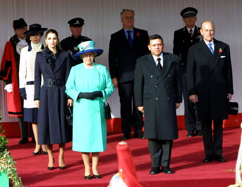 396967 01: Britain's Queen Elizabeth II stands at attention with Jordan's King Abdullah (C-R) Jordan's Queen Rania (L) and the Duke of Edinburgh (R) during the first day of the Jordanian royal couples'' official state visit to Britain November 6, 2001 at Windsor Castle. (Photo by Getty Images)