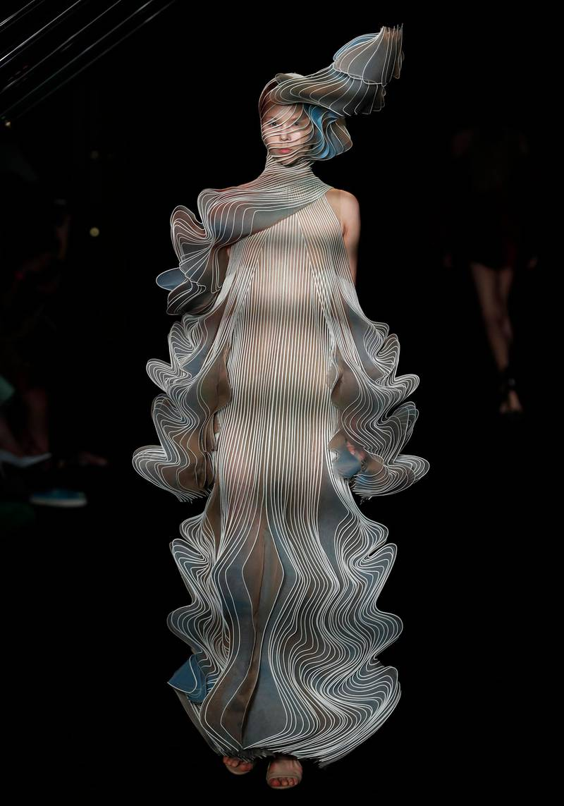 epa06857572 A model presents a creation from the Fall/Winter 2018/19 Haute Couture collection by Dutch designer Iris Van Herpen during the Paris Fashion Week, in Paris, France, 02 July 2018. The presentation of the Haute Couture collections runs from 01 to 05 July.  EPA/IAN LANGSDON