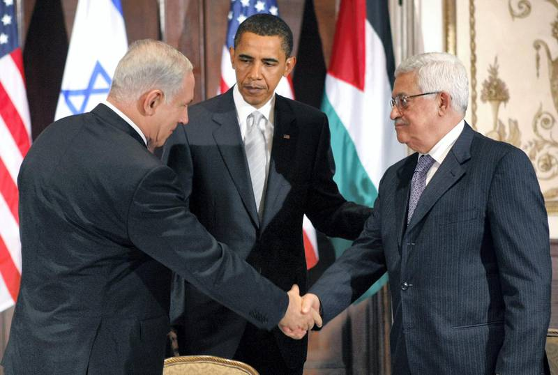 U.S. President Barack Obama watches Israeli Prime Minister Benjamin Netanyahu (L) and Palestinian President Mahmoud Abbas (R) shake hands during a trilateral meeting in New York September 22, 2009.     REUTERS/Kevin Lamarque (UNITED STATES POLITICS IMAGES OF THE DAY)