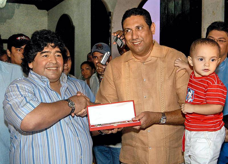 Foemer soccer star Diego Armando Maradona from Argentina (L), receives the keys of the city from Cartagena's Mayor Alberto Barbosa 16 March 2005. Maradona was named distinguished host of Cartagena, 1100 km north of Bogota, during a trip to this country before submitting to a stomach operation to lose weight.          AFP PHOTO (Photo by STR / AFP)