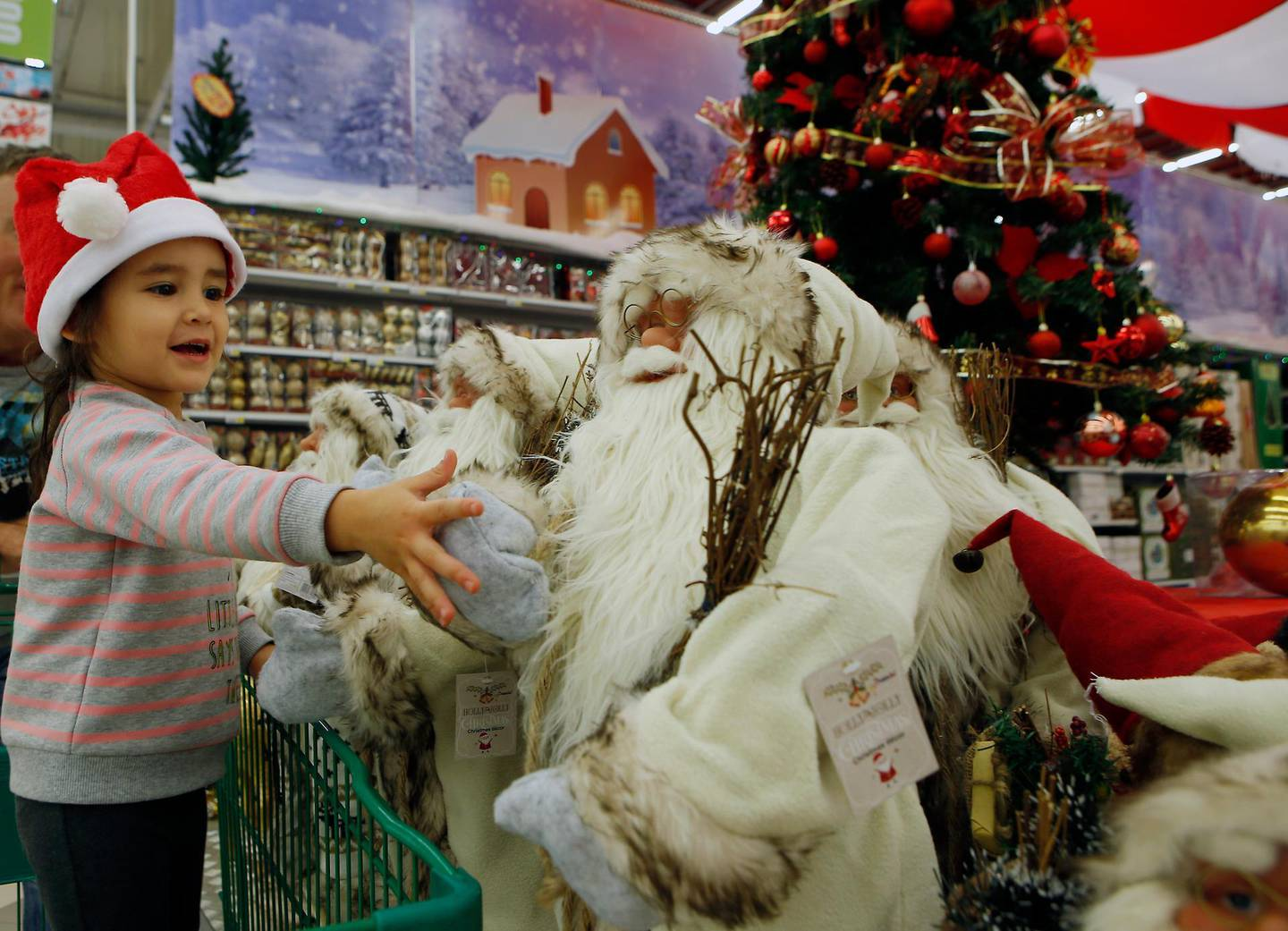ABU DHABI - UNITED ARAB EMIRATES - 23DEC 2016 - May Ray McCormick 3 years old with her father Daniel McCormick doing her last minute Christmas shopping at Yas Mall in Abu Dhabi. Ravindranath K / The National ID: 31265 (to go with Haneen Al Dajani story for News) *** Local Caption ***  RK2312-ChristmasShopping04.jpg