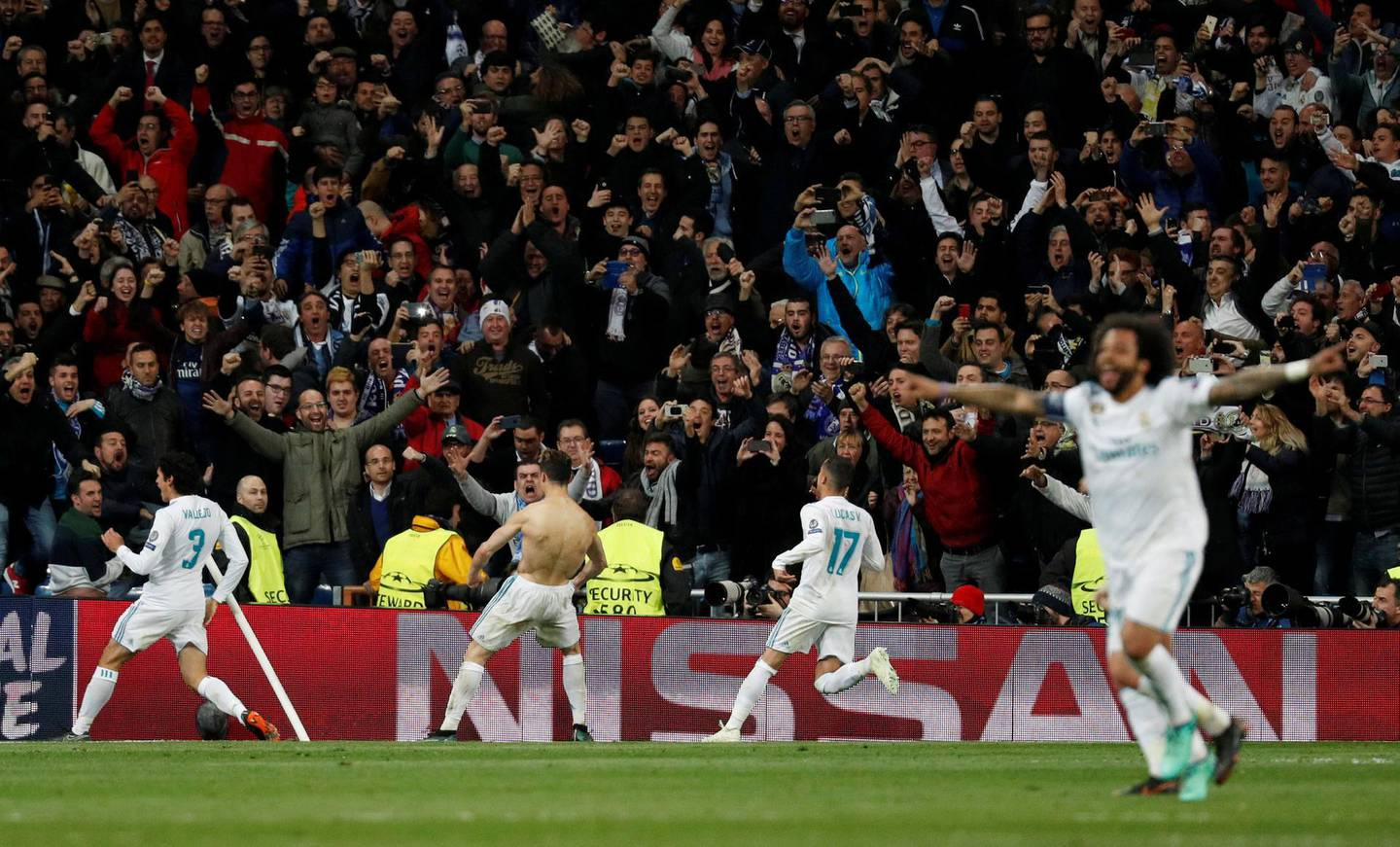 Soccer Football - Champions League Quarter Final Second Leg - Real Madrid vs Juventus - Santiago Bernabeu, Madrid, Spain - April 11, 2018   Real Madrid's Cristiano Ronaldo celebrates scoring their first goal with team mates               REUTERS/Paul Hanna     TPX IMAGES OF THE DAY