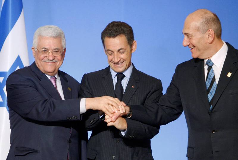 France's President Nicolas Sarkozy (C) shakes hands with Palestinian President Mahmoud Abbas (L) and Israel's Prime Minister Ehud Olmert after a joint news briefing at the Elysee Palace July 13, 2008.   REUTERS/Vincent Kessler  (FRANCE)