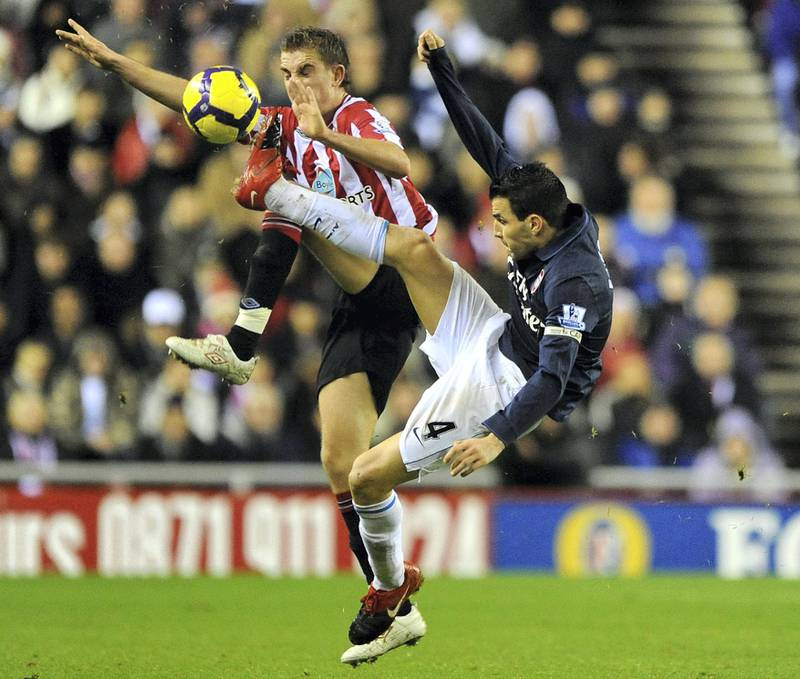 SUNDERLAND, ENGLAND - NOVEMBER 21:  Jordan Henderson of Sunderland battles with Cesc Fabregas of Arsenal during the Barclays Premier League match between Suderland and Arsenal at The Stadium of Light on November 21, 2009 in Sunderland, England.  (Photo by Laurence Griffiths/Getty Images)