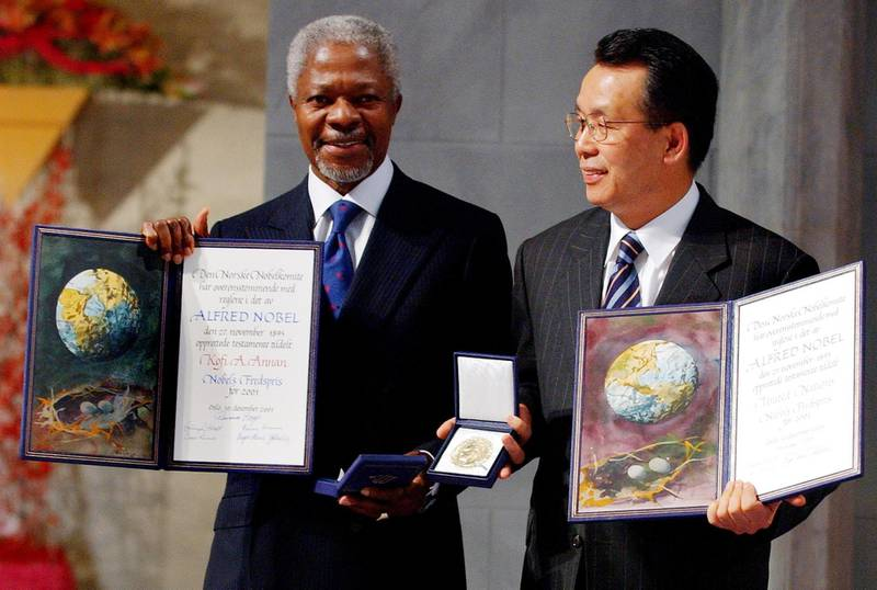 President of the U.N. General Assembly, South Korean Foreign Minister Han Seung-soo, (R), looks at Secretary-General of the United Nations Kofi Annan at the Nobel Peace Awards being held at Oslo City Hall, Norway 10 December 2001. The prize was awarded to Annan for his work as secretary-general and the UN represented by Han Seung-soo.  AFP PHOTO   EPA/SCANPIX POOL/JUNGE, HEIKO/LOCH / JFE-ms (Photo by Heiko JUNGE / NTB SCANPIX / AFP)