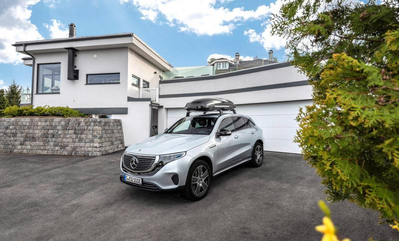 Mercedes-Benz EQC Grundträger; Mercedes-Benz Dachbox 450l;EQC 400 4x4, Stromverbrauch kombiniert: 20,8 - 19,7 kWh/100 km; CO2-Emissionen kombiniert: 0 g/km*Mercedes-Benz EQC base roof carrier; Mercedes-Benz roof box, 450l;EQC 400 4x4, combined power consumption: 20.8 – 19.7 kWh/100 km; combined CO2 emissions: 0 g/km*