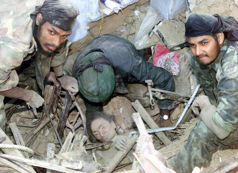 POY - YEAREND PICTURES 2001 - Indian soldiers discover a survivor amid the rubble of a collapsed building after she had been trapped inside from more than 72 hours in the western Indian city of Bhuj on January 29, 2001. The devastating earthquake, which hit the rich industrial and agricultural state, killed an estimated 20,000 people and injured tens of thousands more. Around 400 experts from countries such as Switzerland, Turkey, Britain and Russia arrived in the state to help the Indian army and civilian rescue teams. REUTERS/Jason Reed  PK/JD